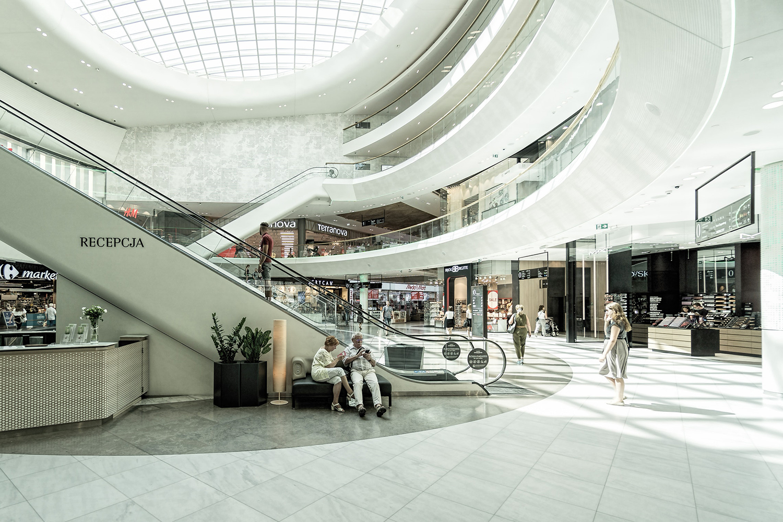 Inne i ett köpcentrum med personer som rör sig