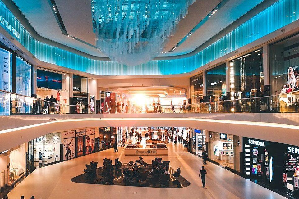 Inne i ett shoppingcenter