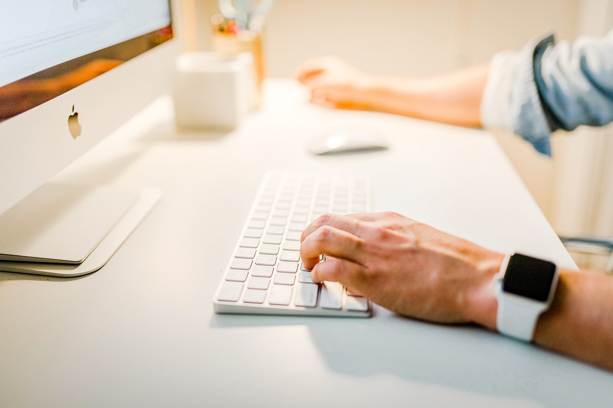 Person sitter vid datorn